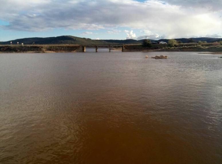 Agua turbia tras semanas de lluvia en el embalse de Gasset