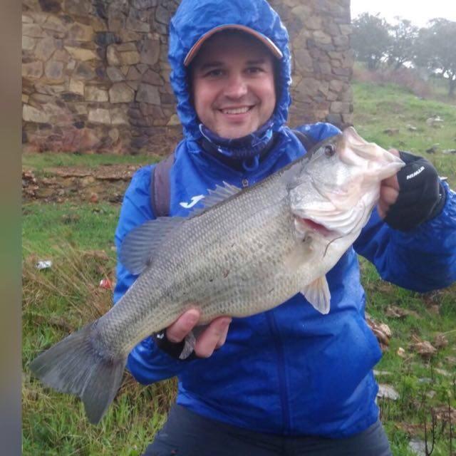 Roberto Sanz, de Ftfishing Club con un pez de 2,470gr capturado con una spinnerbait